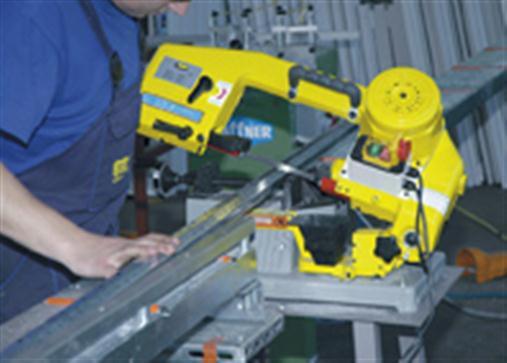 Couper une armature métallique pour fenêtres en PVC