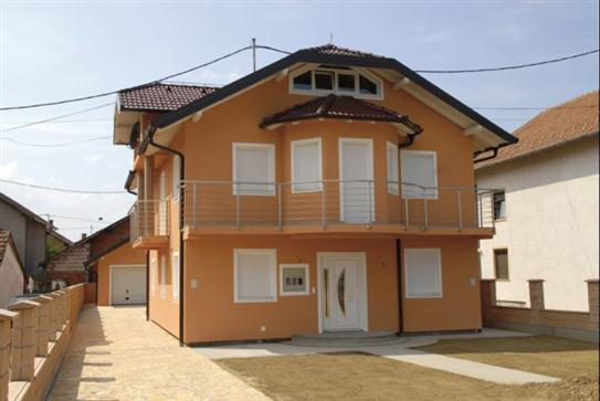 Wohngebäude mit Kunststofffenster