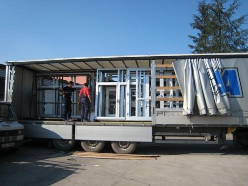 Chargement de camions avec des fenêtres et portes