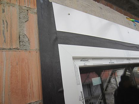 Les détails de l'installation de fenêtres avec des bandes perméables à la vapeur
